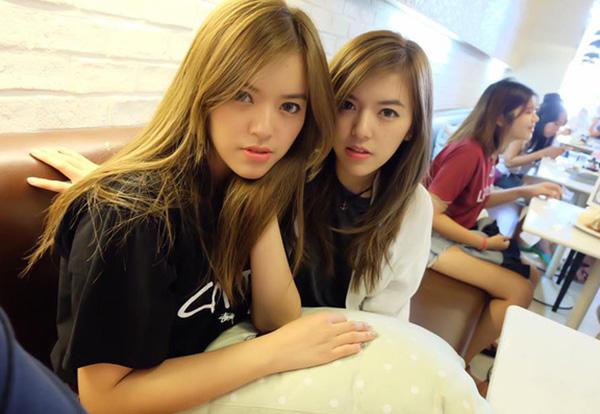 my-nu-the-face-gay-sot-voi-em-gai-sinh-doi-giong-het-nhu-soi-guong-7
