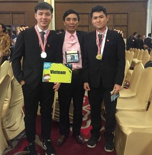 Trần Hữu Bình Minh và Phạm Tuấn Linh cùng thầy Trần Văn Nga tại cuộc thi Olympic Vật lý quốc tế tại Indonesia.