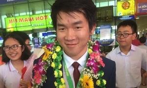 Chàng trai giành điểm cao nhất Olympic Toán Quốc tế bị vây kín khi về nước