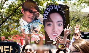 Fan Kpop chơi 'lầy' để thu hút sự chú ý của thần tượng tại concert