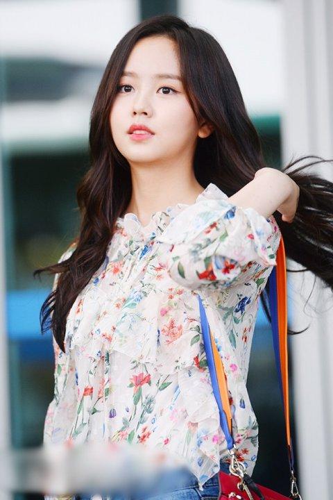 red-velvet-kim-so-hyun-khoe-sac-voi-vay-ao-hoa-tiet-o-san-bay-6