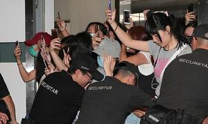 EXO gây náo loạn ở sân bay, fan nữ ngã dúi dụi vì mải chạy theo idol