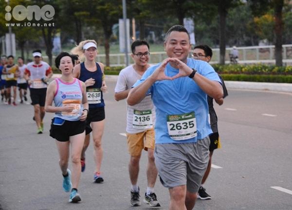 thieu-nu-da-nang-xuong-duong-thi-chay-marathon-6