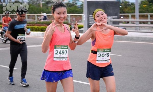 thieu-nu-da-nang-xuong-duong-thi-chay-marathon