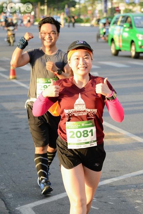 thieu-nu-da-nang-xuong-duong-thi-chay-marathon-3