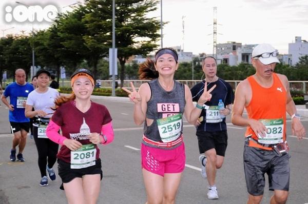 thieu-nu-da-nang-xuong-duong-thi-chay-marathon-1