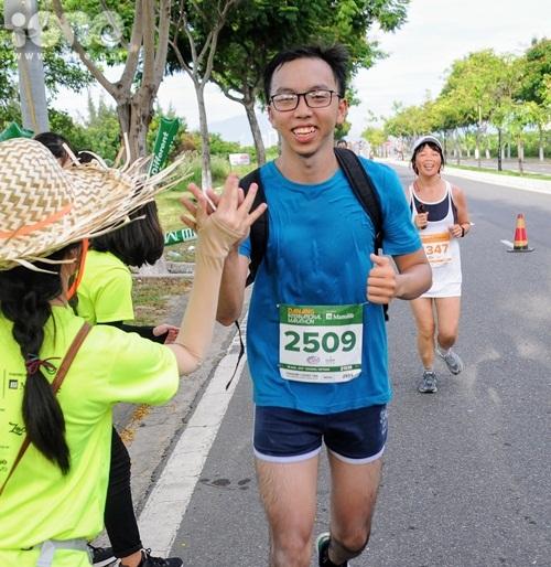 thieu-nu-da-nang-xuong-duong-thi-chay-marathon-7