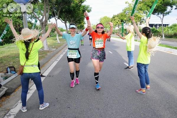 thieu-nu-da-nang-xuong-duong-thi-chay-marathon-9