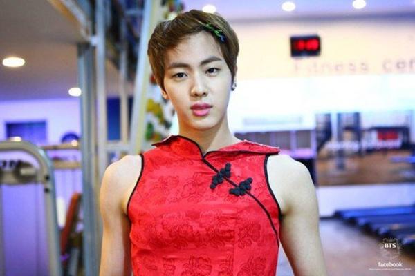 Jin có vẻ hơi quá khổ so với bộ sườn xám gợi cảm này.