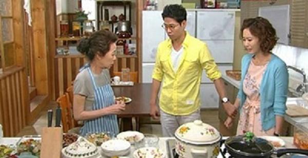Một cảnh mẹ dạy con dâu nấu ăn trong bộ phim Gia đình chồng tôi.
