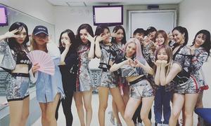 Sao Hàn 13/8: Red Velvet nhỏ bé giữa SNSD, Qri mặc quần siêu ngắn