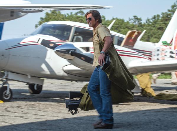 Phi công Barry Seal bên chiếc máy bay cổ trong một phi vụ vận chuyển súng bất hợp pháp.