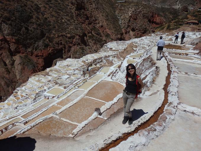 <p> Du khách thường lên đỉnh núi để ngắm những ô muối trắng trải dọc sườn đồi.</p>