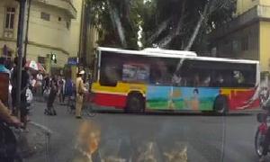 Tài xế quỳ lạy cảnh sát giao thông Hà Nội khi đi vào đường cấm