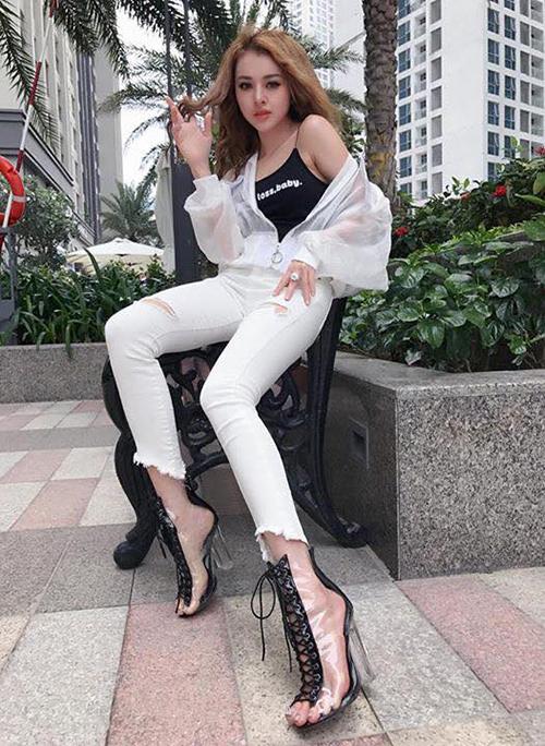 boots-sang-chanh-trong-suot-di-mua-sieu-chun-cua-lan-khue-chi-pu-gay-sot-6