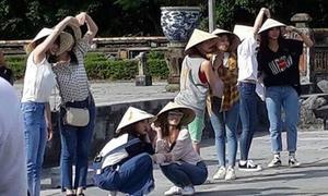 TWICE đội nón lá lúc duyên dáng, khi nhí nhảnh ở Huế