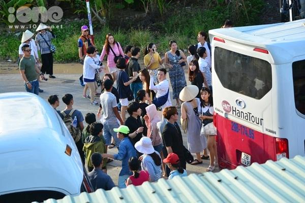 twice-cheo-thuyen-tha-hoa-dang-khien-fan-hoi-an-nao-loan-8