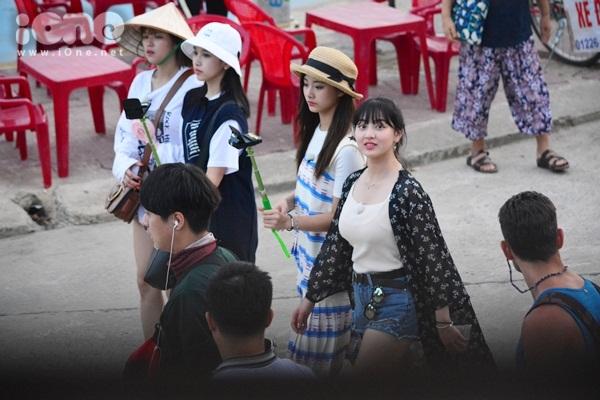 twice-cheo-thuyen-tha-hoa-dang-khien-fan-hoi-an-nao-loan