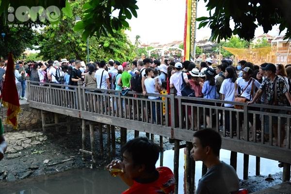 twice-cheo-thuyen-tha-hoa-dang-khien-fan-hoi-an-nao-loan-2