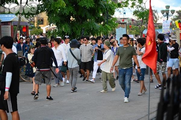 twice-cheo-thuyen-tha-hoa-dang-khien-fan-hoi-an-nao-loan-1