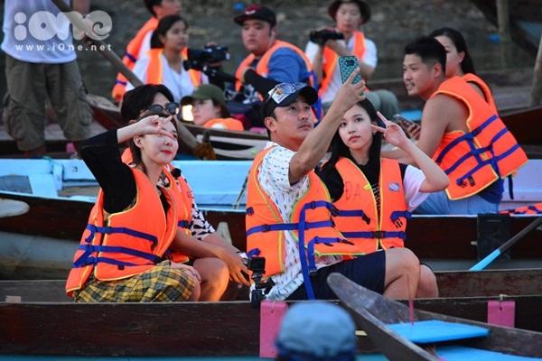 twice-cheo-thuyen-tha-hoa-dang-khien-fan-hoi-an-nao-loan-5
