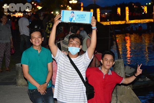 twice-cheo-thuyen-tha-hoa-dang-khien-fan-hoi-an-nao-loan-4