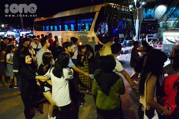 twice-cheo-thuyen-tha-hoa-dang-khien-fan-hoi-an-nao-loan-11