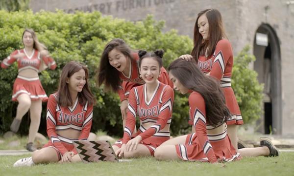 quan-ao-sexy-dam-chat-my-cua-nu-hoang-truong-hoc-angela-phuong-trinh