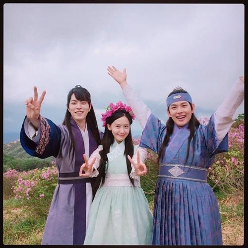 sao-han-23-8-somi-trang-dang-so-lee-jong-suk-moi-sung-vi-bi-danh-8