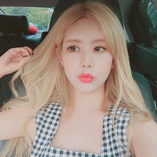 sao-han-31-8-hyun-ah-makeup-xinh-nhu-mong-sulli-mat-hoc-hac-kem-tuoi-7