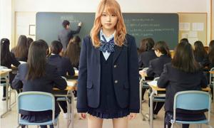 Chiêu ăn gian của các nữ sinh Nhật để được mặc váy ngắn cũn đi học
