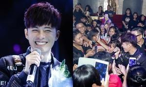 'Nam thần học đường' Gin Tuấn Kiệt bị fan vây kín trong ngày sinh nhật