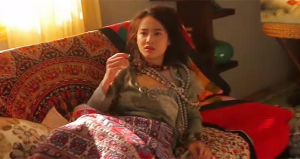 nha-phuong-lot-xac-180-do-voi-vay-ao-du-muc-trong-phim-yeu-di-dung-so-7