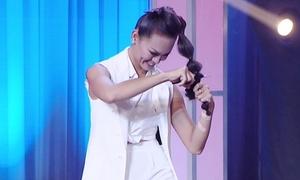 Mai Ngô 'chơi trội' cả gan tự cắt tóc trên sân khấu