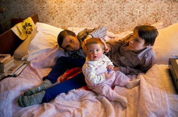 Masha và Dasha cũng yêu mến cũng như thích chơi đùa với trẻ nhỏ.