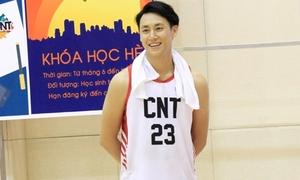 Rocker Nguyễn chơi bóng rổ thôi cũng 'đốn tim' hội chị em