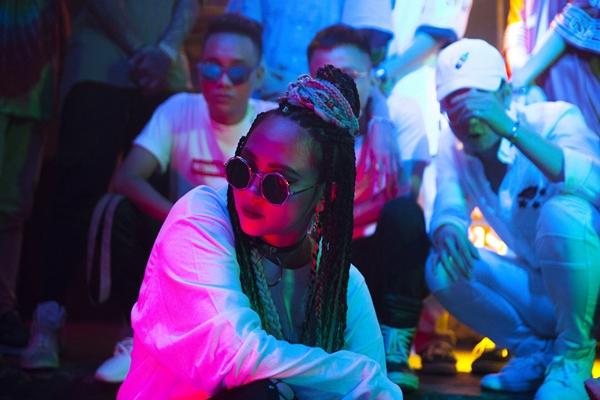 kimmese-quy-bung-noc-voi-hoi-ban-than-underground-trong-mv-hip-hop