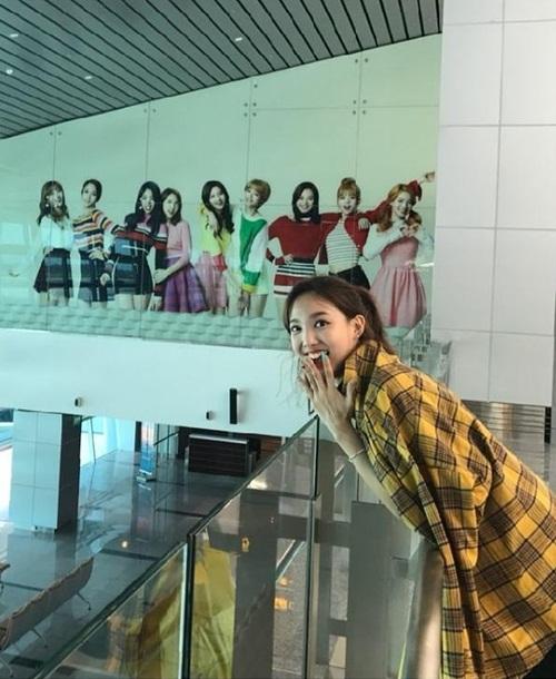 sao-han-22-9-na-eun-khoe-style-san-bay-chat-somi-lo-duong-cong-goi-cam-7