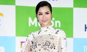 Đông Nhi diện váy xuyên thấu gợi cảm trên thảm đỏ Hàn Quốc