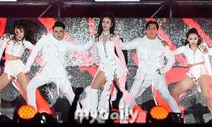 Đông Nhi xuất hiện dày đặc trên báo Hàn khi diễn siêu hit 'Bad boy' máu lửa