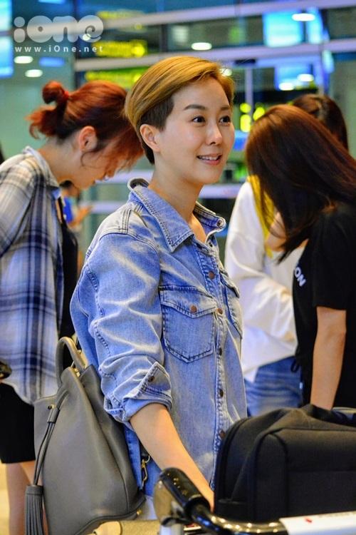 kim-hee-sun-khoe-ve-dep-tuoi-40-tai-san-bay-da-nang-10