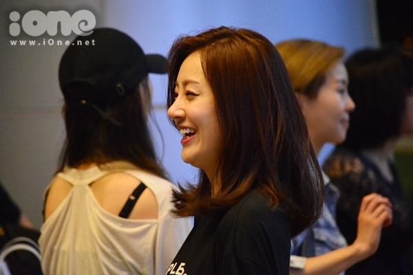 kim-hee-sun-khoe-ve-dep-tuoi-40-tai-san-bay-da-nang-6