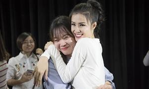 Fan nữ bật khóc vì được ôm Đông Nhi ở Hàn Quốc