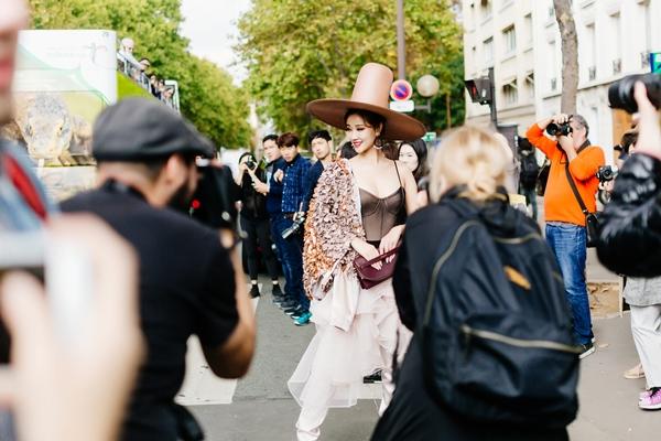 maya-dien-do-di-thu-hut-cac-tay-san-anh-tai-paris-fashion-week