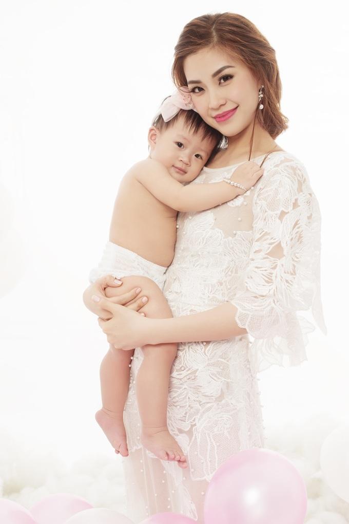 <p> Bé Julia nhà Á hậu Diễm Trang vừa tròn 1 tuổi. Cô tranh thủ chụp một bộ ảnh chỉ có hai mẹ con để làm kỷ niệm.</p>