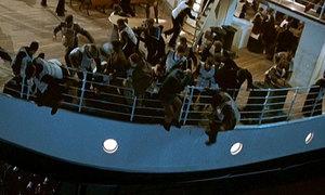 Khó ai có thể kìm được nước mắt trước cảnh tượng kinh điển này của 'Titanic'