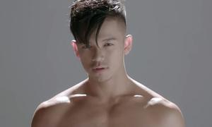 Trọng Hiếu tranh thủ 'khoe thân' trong MV mới