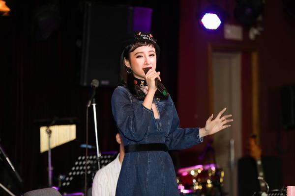 angela-phuong-trinh-dien-do-kin-dao-khoe-giong-sau-nhieu-nam-gac-kiem-2