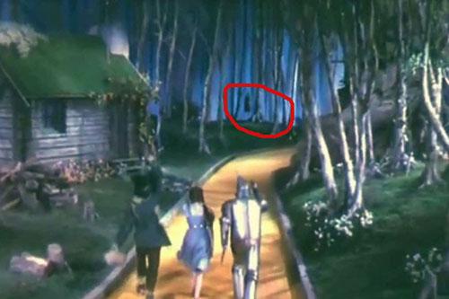 canh-phim-rung-ron-chua-co-loi-giai-dap-gan-mot-the-ky-trong-the-wizard-of-oz-1