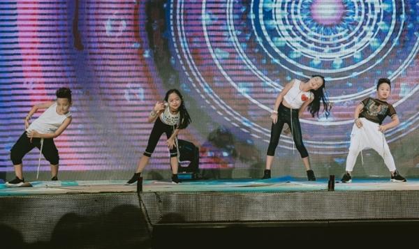 doi-quan-dancer-nhi-huong-dan-hang-tram-nguoi-lon-nhay-flashmob-4